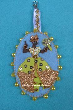 Brooch, Christmas Ornaments, Holiday Decor, Key Chains, Arts And Crafts, Handmade Crafts, Feltro, Baby Dolls, Stuff Stuff
