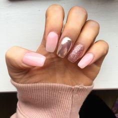 unghie rosa gel, una manicure che propone medio e anulare rispettivamente cangiante e glitterato