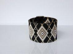 Bracelet manchette tissage en perles Miyuki Loom Bracelet Patterns, Bead Loom Bracelets, Peyote Beading, Peyote Patterns, Cuff Bracelets, Bangles, Diy Jewelry, Seed Beads, Bracelets
