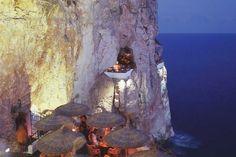 Proibito a chi soffre di vertigini. Da non perdere per tutti gli altri. Proibito a chi soffre di vertigini. Da non perdere per tutti gli altri. Perché la location di Cova d'en Xoroi ricavato all'interno di una grotta naturale a Cala'n Porter sulla costa sud di Minorca, è davvero unica. A strapiombo sul mare, sembra quasi sospeso nel nulla, c...