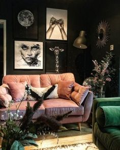 Dark living room, pink velvet sofa via Dunkles Wohnzimmer, pinkes Samtsofa via Bohemian Living Room, Dark Living Rooms, Room Design, Living Room Color, Dark Home Decor, Home Decor, House Interior, Apartment Decor, Dark Walls Living Room