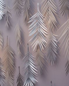 A Weddings colleague created a backdrop for the ceremony by cutting palm leaves in shades of gray and pinning them to canvas. The motif was inspired by the venue's wallpaper.