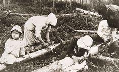 Savolaisperhe kuorimassa pettua vuoden 1918 sodan jälkeisenä pula-aikana. Kuva…