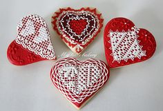 I continue  to practice with  my  royal  icing.  And you know  how much I love  lace !  So  I put  them  in almost ...