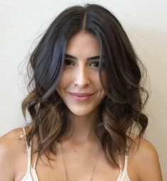 Messy Curled Brunette Lob hairstyles brunette 50 Gorgeous Wavy Bob Hairstyles with an Extra Touch of Femininity Messy Short Hair, How To Curl Short Hair, Messy Lob, Messy Curls, Loose Curls Short Hair, Wavy Curls, Long Bob Wavy Hair, Wavey Hair, Curls For Thick Hair