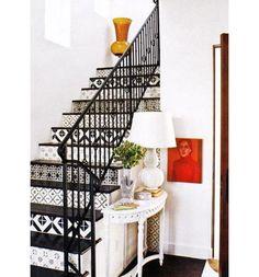 Print stairs - Ao lado do corrimão de ferro e das cores preto e branco, as estampas destes degraus deram mais destaque à escada