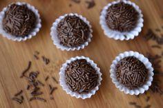 Brigadeiro is the most beloved dessert in Brazil! And this has a reason why: these little balls are pure wonder! El Brigadeiro es el dulce más amado de Brasil. Y no es de la nada: estas pelotitas son puras delicias!
