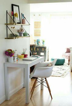 Prateleiras simples, porém delicada. A mesa simples, mas com decorações básicas, ajudam a dar uma beleza.