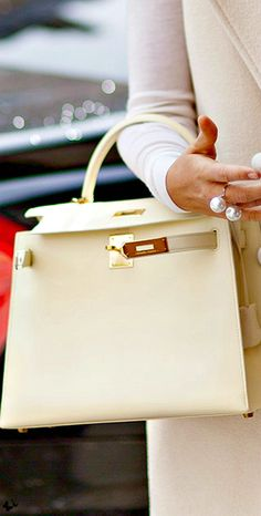 Hermes Kelly bag + Dior pearl ring - Trendy accessories and style inspiration Hermes Birkin, Hermes Bags, Hermes Handbags, Fashion Handbags, Purses And Handbags, Fashion Bags, Designer Handbags, Beautiful Handbags, Beautiful Bags