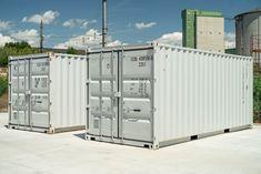 Bei MO.SPACE bekommst du den robusten Seecontainer in Reinweiß (RAL 9010) mit dem leicht zu öffnenden Spezialverschluss (EASY OPEN DOOR) inkl. Einbruchsicherung und dem langlebigen Holzboden ab nur € 2.850,-- (Netto; Depot Bruck a. d. Leitha). Lockers, Locker Storage, Garage Doors, Outdoor Decor, Furniture, Easy, Home Decor, Moving Boxes, Storage Room