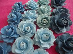 This is an easy, step by step tutorial showing how to make gorgeous handmade paper roses that can be used to embellish crafts, handmade cards and more. Rolled Paper Flowers, How To Make Paper Flowers, Tissue Paper Flowers, Felt Flowers, Diy Flowers, Fabric Flowers, Paper Roses Tutorial, Ribbon Flower Tutorial, Rose Tutorial