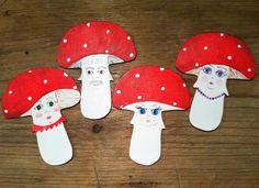 Une bande de champignons pour égayer le sapin. Gingerbread Cookies, Christmas Ornaments, Holiday Decor, Home Decor, Fir Tree, Band, Gingerbread Cupcakes, Decoration Home, Room Decor