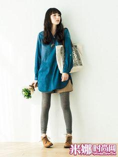 宽松的长款衬衫+棕色短裤+灰色打底裤,不失装扮感的舒适搭配。