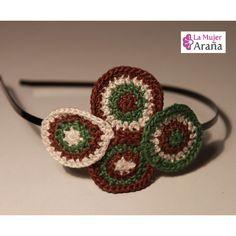 www.lamujerarana.com / Handmade crochet hairband / Diadema de ganchillo hecha a mano / Tejida en hilo de algodón, con círculos superpuestos que dan un aire muy sesentero.