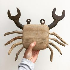 Definitely NOT the correct way to pick up a crab! Crab Art, Fish Art, Recycled Art Projects, Recycled Materials, Kirsty Elson, Crab Decor, Driftwood Crafts, Driftwood Ideas, Junk Art