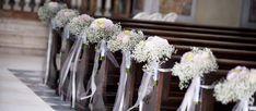 Blumenschmuck für die Hochzeit im Mittelgang der Kirche