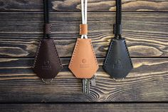 Etsy の Handmade leather key holder. Keychain. by INSIDEgift