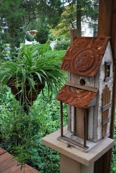 ✿ڿڰۣ(̆̃̃•Aussiegirl bird house with a side porch! This birdhouse is very unique - note trellis on side. #birdhouses #buildabirdhouse