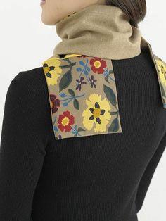 柄布と無地の布を接ぎ合わせたマフラーは、まき方で色々な表情に。/おしゃれなリバーシブルマフラー(「はんど&はあと」2013年1月号)