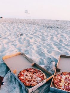 Photoshoot Zwei meiner Lieblingssachen: Pizza & Strand Top Nutritional Tips to Support Healthy Hair Beach Aesthetic, Summer Aesthetic, Beach Vibes, Summer Vibes, Summer Dream, Summer Fun, Summer Beach, Beach Night, Summer Things