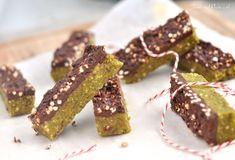 Rauwe pistachenoten repen met chocolade en gepofte quinoa