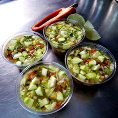 Mango verde en cuadritos, cebolla, chile dulce, culantro, limón, un chorrito de naranja, sal y azucar. Mango Verde, Pickles, Portal, Cucumber, Food, Onion, Salads, Sweets, Sweet Chili
