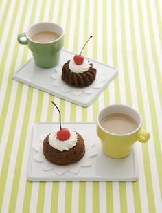 電子レンジで作るココアスチームケーキにホイップクリームとチェリーを飾れば、とびっきりのかわいさ。/おいしい  サマースイーツ(「はんど&はあと」2012年8月号)