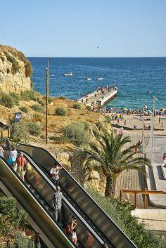 Wacht ff een roltrap om bij de beach te komen.... Praia dos Pescadores - Albufeira - Portugal