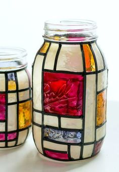 Mason Jar Crafts: Stained Glass Mason jars More Mondrian stained glass mason jar vases. Fun project using faux stained glass kit and faux leaded stripes. Great vase or home decor idea using mason jars. Mason Jar Art, Pot Mason Diy, Mason Jar Vases, Mason Jar Lighting, Mason Jar Crafts, Bottle Crafts, Pickle Jar Crafts, Pickle Jars, Crafts With Glass Jars