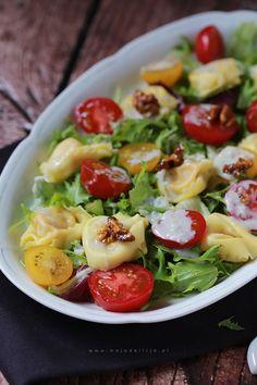 Sałatka z tortellini z sosem gorgonzola z pomidorkami i karmelizowanymi orzechami
