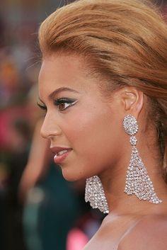 All That Glitters: 25 Memorable Moments in Oscar Jewels - Beyonce at the 2005 Oscars. Diamond Chandelier Earrings, Moonstone Earrings, Statement Earrings, Cluster Earrings, Celebrity Red Carpet, Celebrity Look, Jewelry For Her, Fine Jewelry, Unique Jewelry