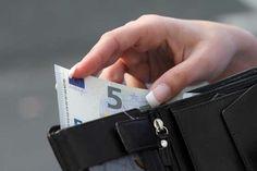 Vivere sul denaro preso in prestito  Se avete bisogno di chidere un prestito per poter fare acquisti, allora c'è qualcosa che non va nel vostro bilancio. Avete bisogno di cambiare attegiamento, limitando i vostri consumi e imparando a vivere senza troppi eccessi. Fate affidamento sulle carte di credito, potrete saldare il dibito il mese successivo.