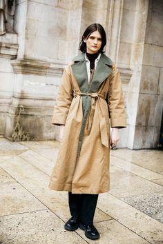 Street style : nos looks préférés de la Fashion Week de Paris automne-hiver 2020-2021 - Page 2 | Vogue | Vogue Paris Look Street Style, Street Style Looks, Vogue Paris, Style Snaps, Fashion Week, Pattern Fashion, Raincoat, Chic, Trending Outfits