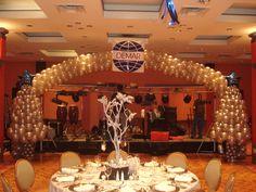 Arco gigante con 2 árboles de navidad de 2.5m en blanco perla y plata (realizado para evento de fin de año)