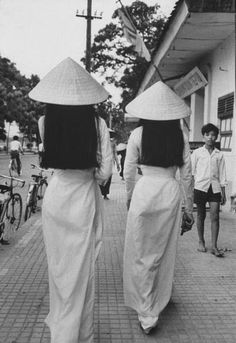 "Girls in Vietnam traditional dress called ""Ao dai"" in the past. Simply beautiful Photograph by John Dominis. Ao Dai Vietnam, Saigon Vietnam, South Vietnam, Vietnam War, Qi Gong, Vintage Photographs, Vintage Photos, Style 60s, Laos"