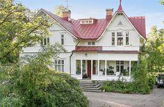 Villa Mjörnsäter ligger i Alingsås och är en sekelskiftesdröm fördelad  på 11 rum (och lika många kakelugnar), tre kök, fyra badrum, två hallar  och två altaner fördelade på allt som allt två plan.