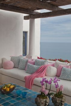 Nice combination of colours in the pillows. The decor is so different than what one expects to find in a beach house. Very sophisticated.