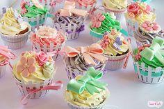 Cupcakes de Baunilha recheados com creme de leite condensado para a Despedida de Solteira da Marisa !!