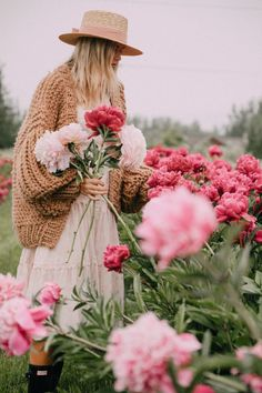 Peonies for Days – Barefoot Blonde by Amber Fillerup Clark – girl photoshoot ideas Boutique Marie Claire, Amber Fillerup, Barefoot Blonde, Jolie Photo, Spring Has Sprung, Flower Farm, Planting Flowers, Flowers Garden, Peonies Garden