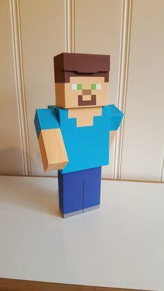 Surprise Steve (minecraft). Hoofd en romp gemaakt van theedoosjes. Benen van pakjes drinken. Minecraft, Video Game Crafts, Nintendo 64, Games, Logos, Diy, Bricolage, Toys, Handyman Projects
