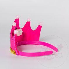 Coroa de Festa Princesa Pink.Coroa de Festa Princesa Rosa. No reino encantado das princesas se tem uma coisa que não pode faltar são as coroas. Essas embutidas em tiaras são uma ótima opção para lembrancinha. Além de ficarem super fofas nas fotos, suas convidadas mirins vão amar!