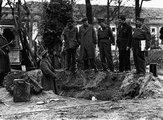 1945, Allemagne, Berlin, Soldats et Officiers russes et américains sur le lieu supposé de la sépulture d'Adolf Hitler, 5 Juillet