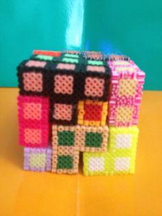 Piezas de tetris hecho un cuadrado con hama beads