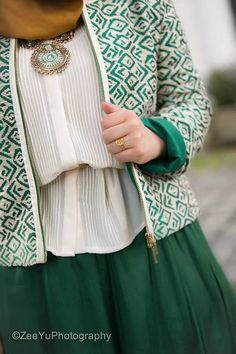 Find images and videos about white, green and hijab on We Heart It - the app to get lost in what you love. Islamic Fashion, Muslim Fashion, Modest Fashion, Unique Fashion, Hijab Fashion, Fashion Dresses, Hijab Look, Hijab Style, Hijab Chic