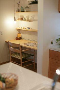 【女性に人気のインテリア/ピュアヴィレッジ新潟 三角の家】キッチンの横のカウンターコーナーは、奥様のワークスペースとしても。壁につくった小さな棚にはいろいろなものを置けて便利です。/#木の家 #木の家専門店 #自然素材 #自然素材の家 #注文住宅 #新築 #マイホーム #新潟の家 #暮らし #カウンター #書斎 #ワークスペース #趣味 #棚 #家づくり #study #counter #desk #myhome #niigata Home Studio, Bookcase, Shelves, Pure Products, Table, House, Furniture, Home Decor, House Studio