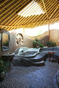 Magnifique et originale salle de bain avec baignoire et sol en pierre naturelle ! Découvrez toute notre gamme de produits en pierre naturelle sur notre site web : http://www.pierreetgalet.com/ #Pierrenaturelle #salle-de-bain