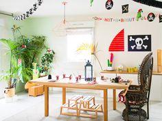 Un salon complètement transformé avec les moyens du bord pour un anniversire pirate Dining Table, Furniture, Home Decor, Paper Scraps, Birthday Display, Pirate Maps, Chocolate Coins, Decoration Home, Room Decor