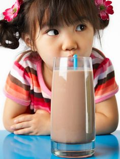 Chocolate Milk Nutrition Facts for Kids: Chocolate milk is tasty, sweet and favorite drink. Chocolate milk could be refrigerated like other milk. chocolate milk included in a healthy protein rich diet Smoothies For Kids, Fruit Smoothies, Toddler Smoothies, Healthy Fats, Healthy Eating, Healthy Drinks, Healthy Snacks, Healthy Junk, Easy Snacks