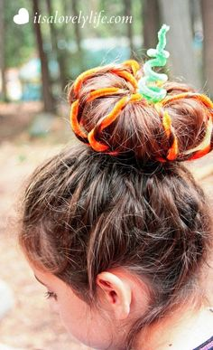 Halloween Hair Style: Pumpkin Top Bun Perfect pumpkin bun hair do! Just in time for Halloween! Pumpkin hair and 9 other cute halloween hairstyleTop 5 bun hairstyles for girlsCross and Top Space Bun # Hairstyles Cute Hairstyles For Medium Hair, Holiday Hairstyles, Fancy Hairstyles, Little Girl Hairstyles, Halloween Hairstyles, Hairstyle Ideas, Frozen Hairstyles, Hair Ideas, Updo Hairstyle