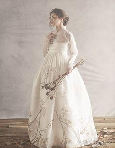 Wedding Dresses Modern Korean 49 Super Ideas Source by dresses ideas Korean Traditional Dress, Traditional Fashion, Traditional Dresses, Modern Traditional, Hanbok Wedding, Korea Dress, Modern Hanbok, Korean Outfits, Mode Inspiration